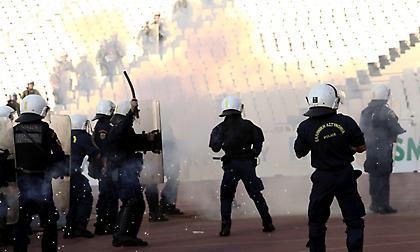 Έριξαν φωτοβολίδες στην αστυνομία οι οπαδοί του ΠΑΟΚ (video)