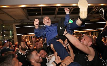Σήκωσαν στα χέρια τον Σαββίδη! (pics)