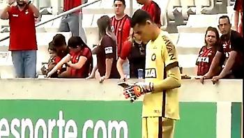 Τερματοφύλακας με το κινητό στο χέρι! (video)