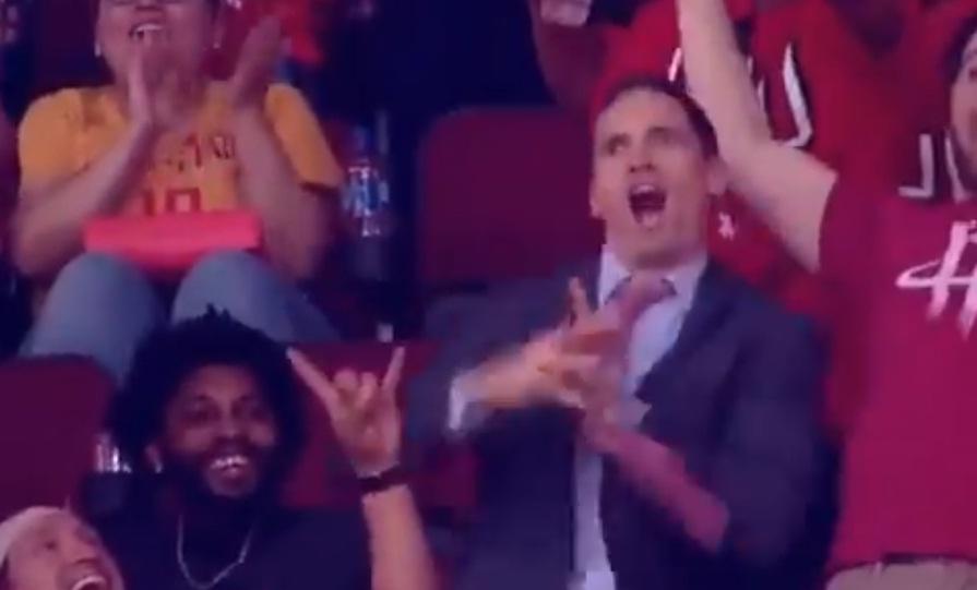 Κουστουμαρισμένος φίλος των Ρόκετς χόρεψε σα να μην υπάρχει αύριο (video)