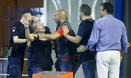Χαμός στο Ολυμπιακός-Βουλιαγμένη: Χειρονομία της Καμμένου και τραυματισμός της από αντικείμενα!
