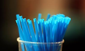 Σε απαγόρευση πλαστικών μια χρήσης (καλαμάκια, μαχαιροπήρουνα) προχωρά η ΕΕ