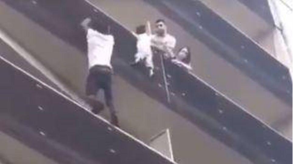 Παρίσι: Σκαρφάλωσε τέσσερις ορόφους για να σώσει 4χρονο παιδί που κρεμόταν στο κενό