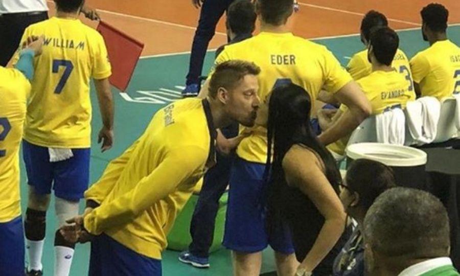 Το παιχνίδι παιζόταν κι εκείνος… φιλούσε τη γυναίκα του! (pic)