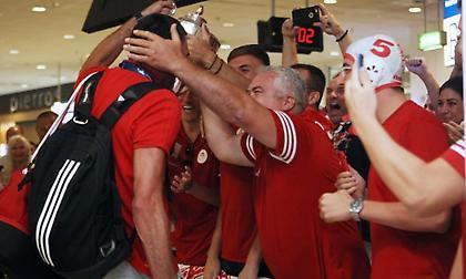Το «πάρτι» των πρωταθλητών Ευρώπης στο αεροδρόμιο! (pics/video)