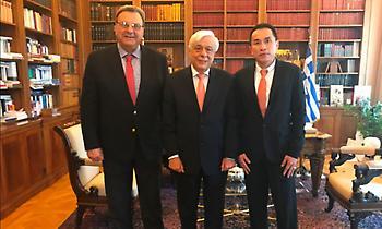 Στον Πρόεδρο της Δημοκρατίας Γκόρντον Τανγκ και Ισίδωρος Κούβελος