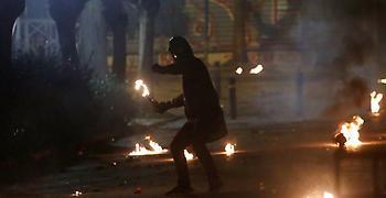 Επεισόδια με μολότοφ για ένα ακόμη βράδυ στο κέντρο της Αθήνας