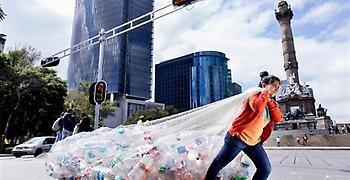 Δώδεκα εκατομμύρια τόνοι πλαστικού μολύνουν κάθε χρόνο τις θάλασσες