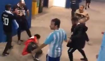 Σκηνές βίας: Οπαδοί της Αργεντινής την έπεσαν σε Κροάτες (video)