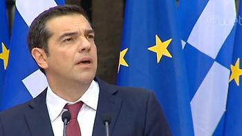 Live: Με κόκκινη γραβάτα στο Ζάππειο ο Τσίπρας