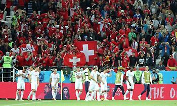 Οπαδός της Ελβετίας πέταξε… κεφάλι τυρί στο γήπεδο! (video)