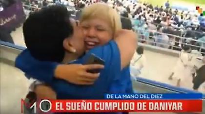 Ο πιτσιρικάς που έκλαψε στην αγκαλιά του Μαραντόνα (video)
