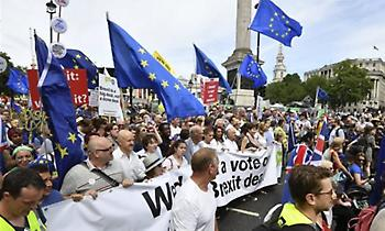 Εκατό χιλιάδες άνθρωποι ζήτησαν δημοψήφισμα για τους όρους του Brexit
