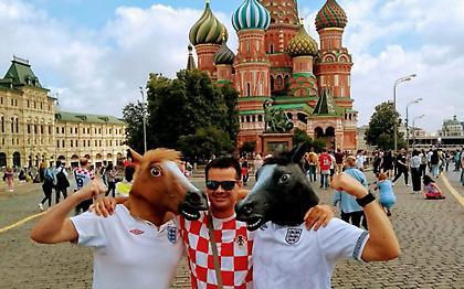 Άγγλοι και Κροάτες τα... σπάνε μαζί στην Κόκκινη Πλατεία (video)