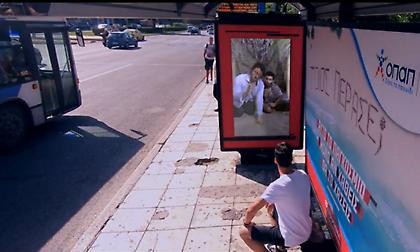 Η στάση λεωφορείων που μιλάει και ρωτάει για το Παγκόσμιο