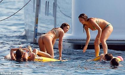 Οι «καυτές» κόρες του Σταλόνε κάνουν διακοπές (pics)