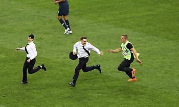 Το «ντου» στον τελικό του Παγκοσμίου Κυπέλλου από τέσσερα άτομα (video)