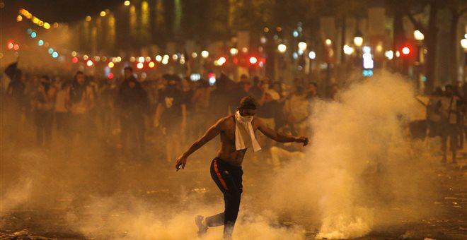 Γαλλία: Επεισόδια και δύο νεκροί στους πανηγυρισμούς για την κατάκτηση του Μουντιάλ (pics-vids)