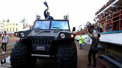 Ο Μαραντόνα παρουσιάστηκε σε στρατιωτικό τζιπ ως πρόεδρος της Μπρεστ (pics)