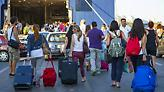 Πρώτο μεγάλο «κύμα» φυγής σε λιμάνια και αεροδρόμια: Στο 90% η πληρότητα στα πλοία