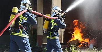 Υπό μερικό έλεγχο πυρκαγιά που ξέσπασε σε βιοτεχνία κεριών