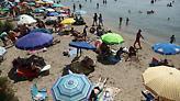 Άδεια η Αθήνα, το αδιαχώρητο στις παραλίες για λίγη δροσιά