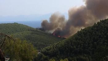 Ανεξέλεγκτη η φωτιά στη Σκόπελο