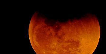 Δείτε το «ματωμένο φεγγάρι», τη μεγαλύτερη ολική έκλειψη Σελήνης του αιώνα