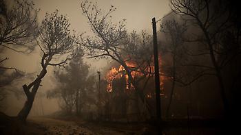 Κινέτα: Και διακοπές ρεύματος στην περιοχή - Αδυνατούν να πλησιάσουν οι τεχνικοί