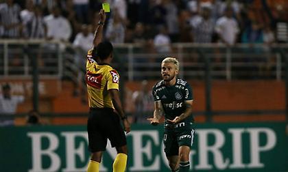 Οι Βραζιλιάνοι διαιτητές δείχνουν κίτρινη στους πανηγυρισμούς!