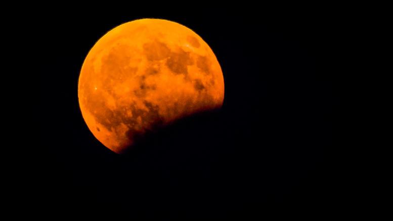 Ματωμένο φεγγάρι: Φτάνει η μεγαλύτερη ολική έκλειψη του 21ου αιώνα