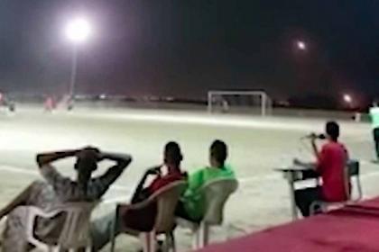 Σοκαριστικό βίντεο: Ρουκέτες «σφυρίζουν» πάνω από ποδοσφαιρικό γήπεδο στην Υεμένη