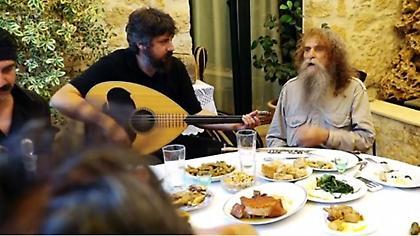 Ο Ψαραντώνης και η «σούπερ γιαγιά» στο επικό τρέιλερ του Ημιμαραθωνίου Κρήτης
