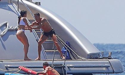 Ο Κριστιάνο ρίχνει τη σέξι Τζoρτζίνα στη θάλασσα (pics)