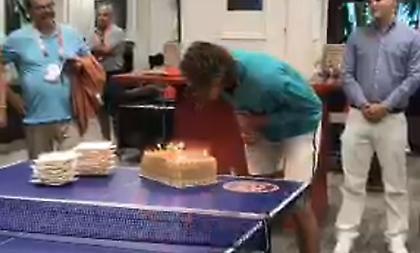 Η έκπληξη με τούρτα στον Τσιτσιπά: Πήγε να την κόψει με… ρακέτα (video)