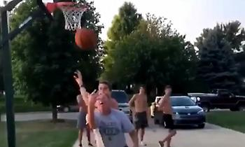 «Γλέντι» ηλικιωμένου μπασκετμπολίστα σε νεαρό (video)