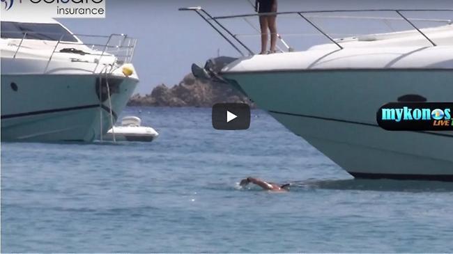 Βίντεο: Θαλαμηγός παραλίγο να παρασύρει λουόμενο σε παραλία της Μυκόνου