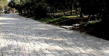 Θρίλερ με θάνατο άνδρα στα βράχια στου Φιλοπάππου - Σε σοκ η κοπέλα του