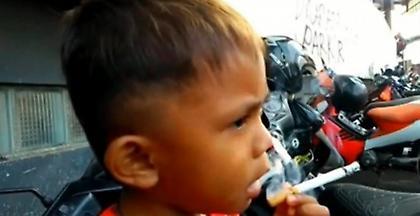 Αγοράκι μόλις 2 ετών καπνίζει 40 τσιγάρα την ημέρα (video)