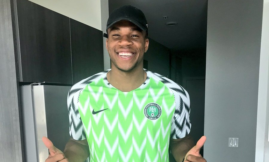Ο Αντετοκούνμπο ποζάρει με φανέλα της εθνικής Νιγηρίας (pic)