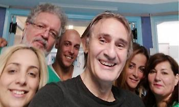 Η πρώτη φωτογραφία του Άκη Σακελλαρίου μέσα από το νοσοκομείο