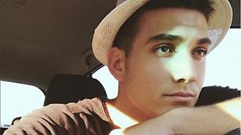 Βίντεο: Ο 18χρονος γιος του Γιάννη Πλούταρχου τραγδουάει στο γκαράζ του σπιτιού του