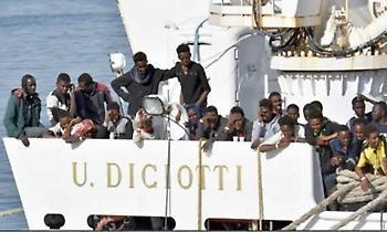 Θρίλερ με 180 πρόσφυγες στη Λαμπεντούζα - Η Ιταλία απειλεί να τους «επαναπροωθήσει» στη Λιβύη.