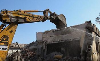 Μάτι: Ξεκίνησαν οι κατεδαφίσεις των «κόκκινων» κτιρίων (pics&vid)