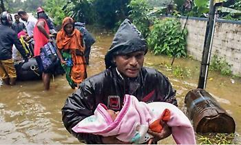 Μεγαλώνει η λίστα της τραγωδίας στην Ινδία: Πάνω από 400 οι νεκροί από τις πλημμύρες