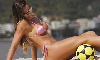 Η σέξι Ναταλία μαγεύει με την μπάλα (video)