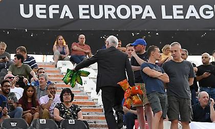 Ο πρόεδρος της Τσέλσι μοίρασε πατατάκια σε οπαδούς των «μπλε» στην Τούμπα (pics)