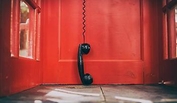 Viral: Σκύλος συνομιλεί με τους ιδιοκτήτες του στο τηλέφωνο (vid)