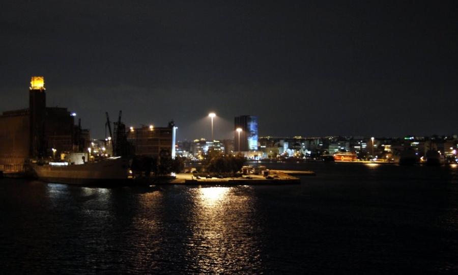 Ταλαιπωρία 1.100 επιβατών από πρόσκρουση δύο επιβατηγών πλοίων στο λιμάνι του Πειραιά