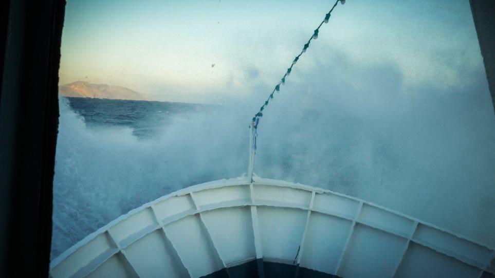 «Σκοπελίτης» vs «Ξενοφώντα»: Δείτε το ιστορικό πλοίο να δίνει μάχη με τα μανιασμένα κύματα
